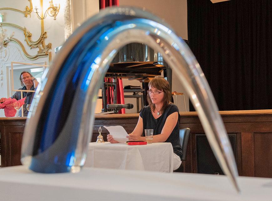 """Kunstbörse im Oberland - Claudia Kreutzer von der Schreibwerkstatt liest ihren Text zur Komposition """"Welttag des Ausmistens"""" von Anschi Hacklinger"""