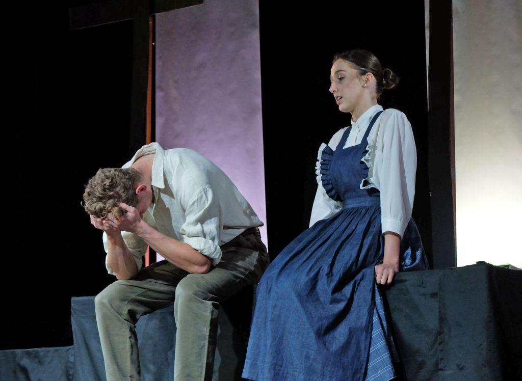 Verzweifeelt: John Procur (Henrik Schlosser) und seine Ehefrau Elisabeth (Hannah Mattner)