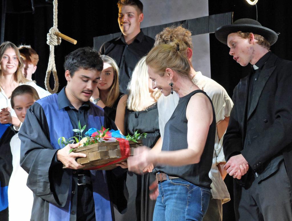 Dank der jungen Theatergruppe an Theaterpädagogin Barbara Winkler