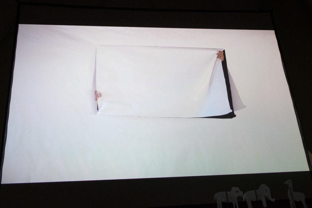 Johannes Volkmann schneidet ein Fenster