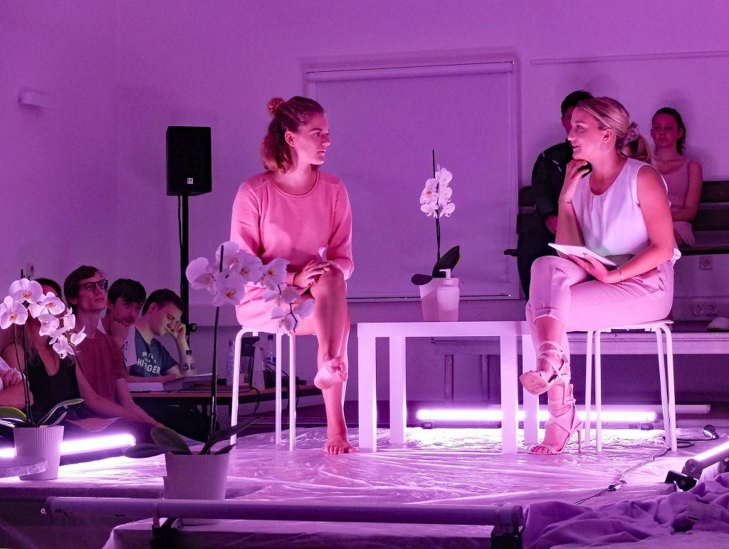 Mia (Johanna Jank) wird von Sophie (Alexa Erhardt) zuerst ermahnt, dann verhört