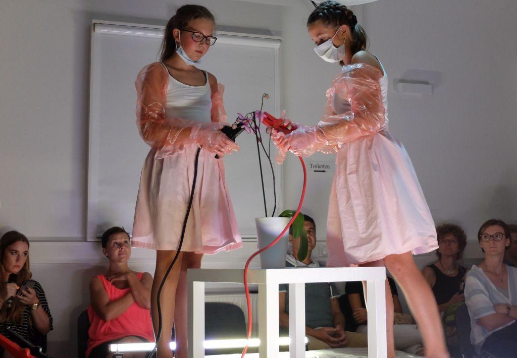 Abstrakter Akt der Folter - alles in sterilem weiß und harmlos scheinendem rosa