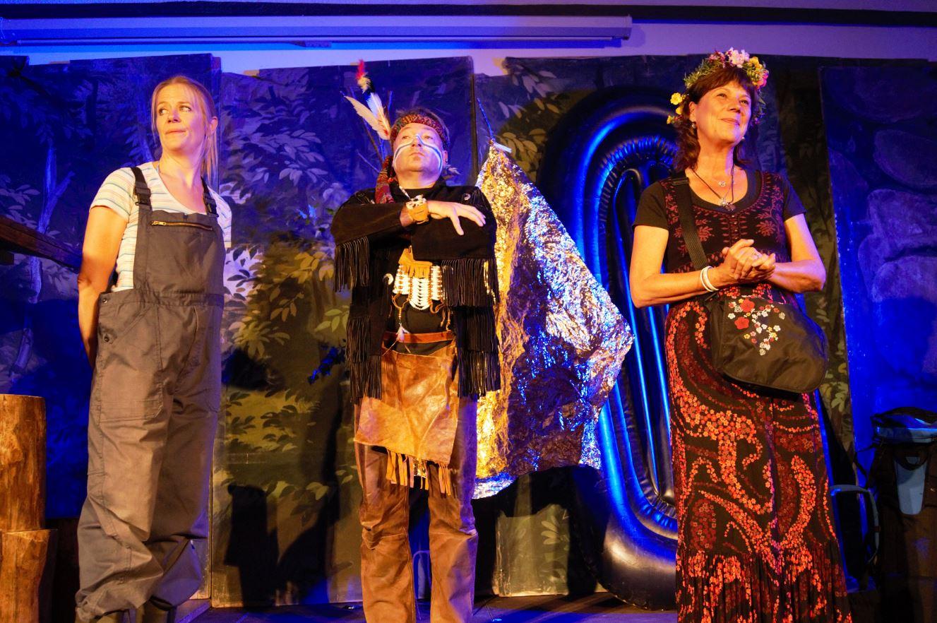Die Sennerin Maria (Ulrike Dostal) bekommt Besuch auf der Alm(Stefan Bartl, Christine Sperber)