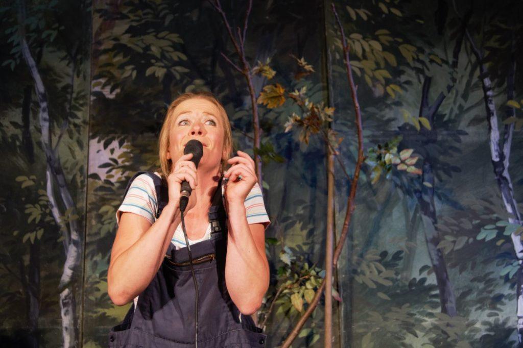 Der Mittelpunkt des Geschehens auf der Bühne: Ulrike Dostal als Sennerin Maria.