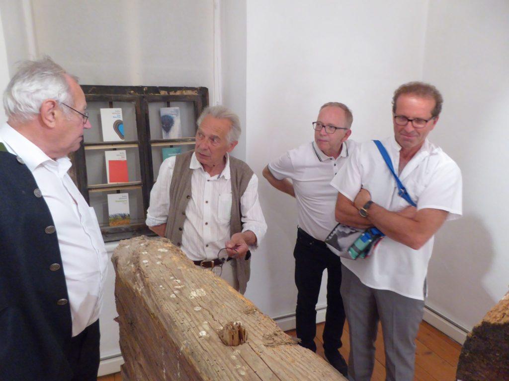 Felix Mitterer bei der Eröffnung der Ausstellung in Achenkirch