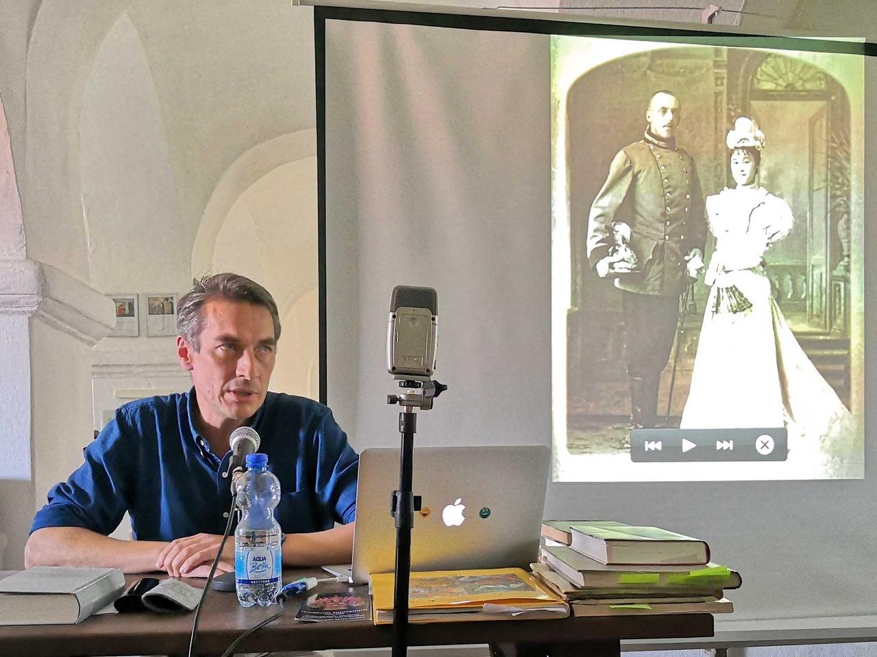 Bayern, Böhmen, Österreich, Clemens Coudenhove-Kalergi vor einem Foto des Urgroßvaters heinrich mit seiner japanischen Frau Mitsu