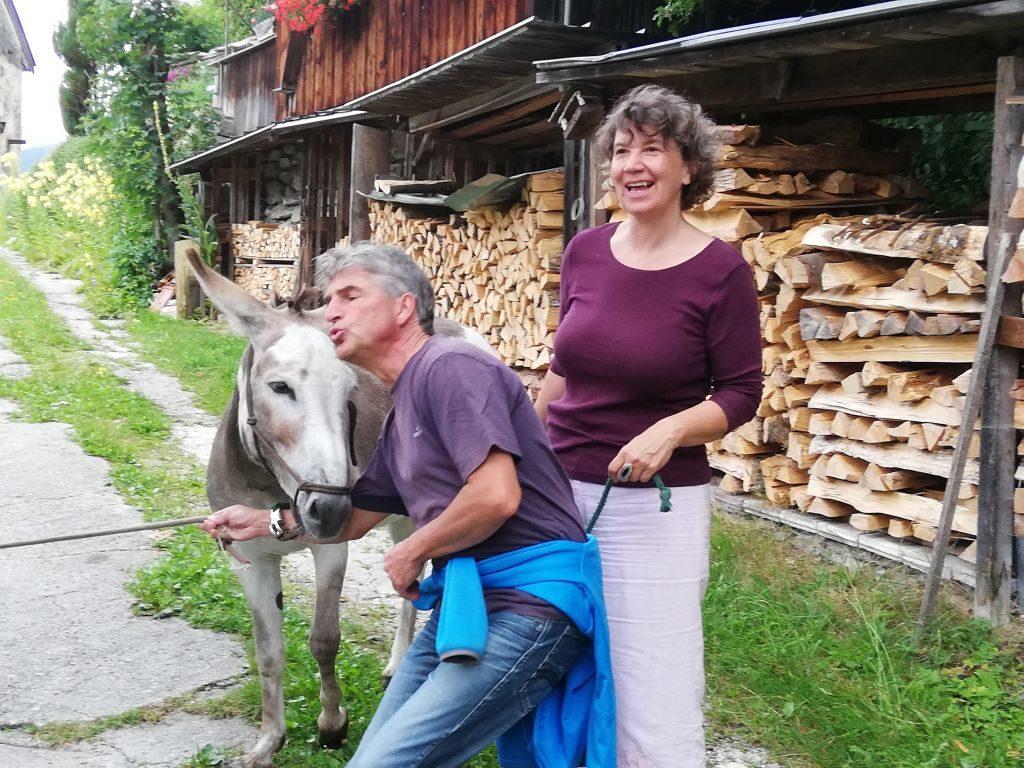 Vergnügte Teilnehmer auf der Eselwanderung. Foto: Karin Sommer