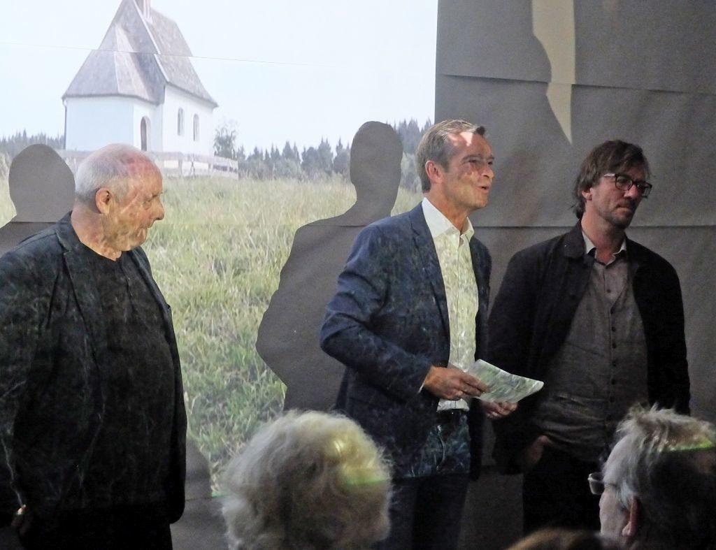 """Bürgermeister Jens Zangenfeind eröffet die Installation """"Gedinge gemeinsam mit den beiden Künstlern Joss Bachhofer und Jochen Strodthoff"""