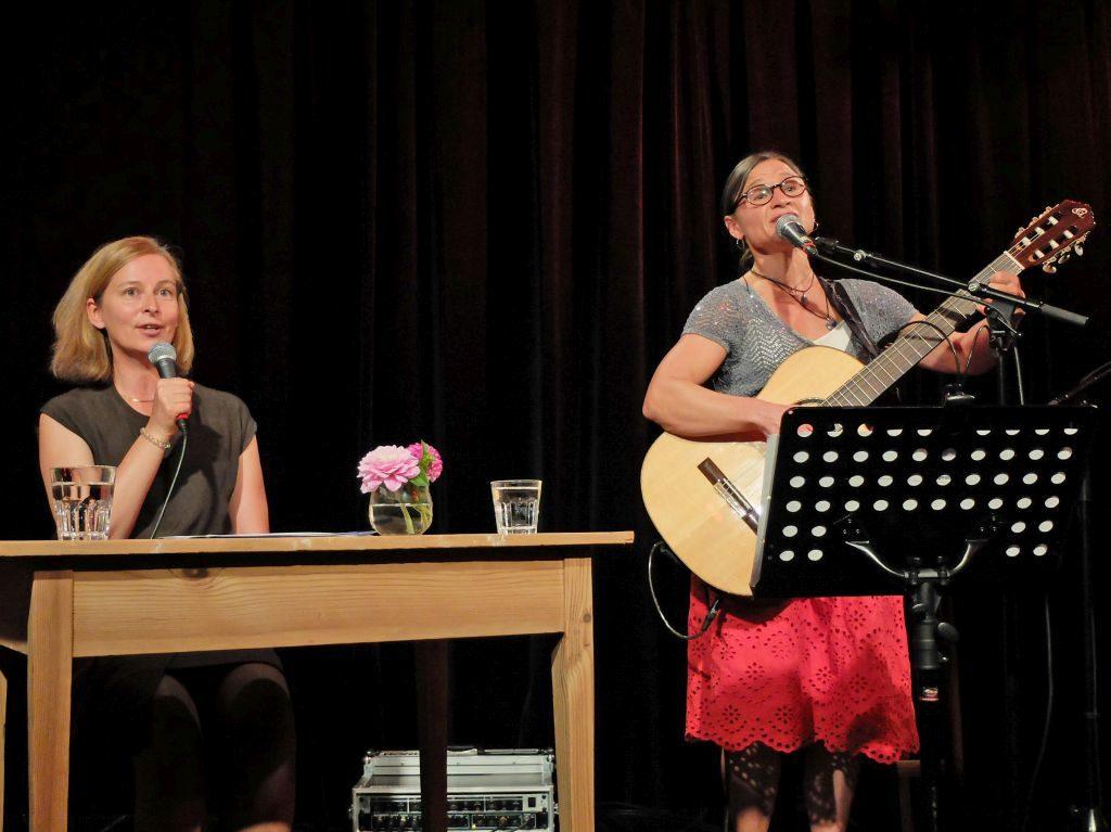 Weiblichkeit feiern in Miesbach - Karin Sommer und Annie Reisberger mit Geschichten und Liedern