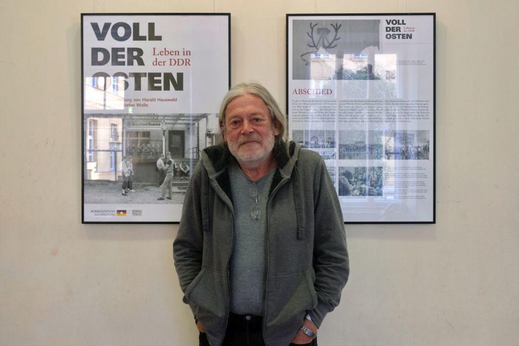 """Der Fotograf Harald Hauswald von Tafeln der Ausstellung """"Voll der Osten"""", aufgenommen am 13. Februar 2018 im Podewil Berlin"""