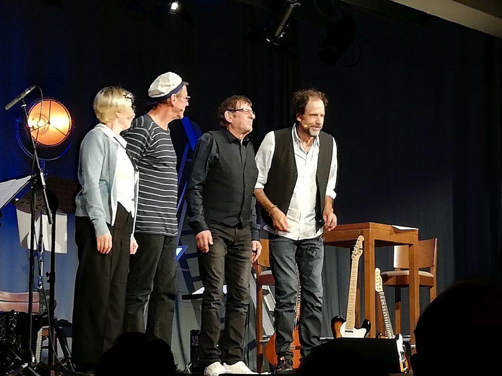 Verdienter Applaus für Barbara de Roy, Andreas Rebers, Heinz Grobmeier und Helmfried von Lüttichau. Foto: Karin Sommer