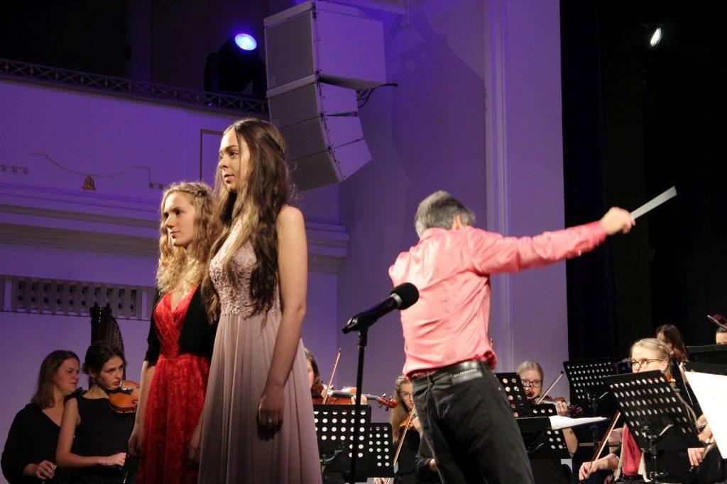 """Helena Knüpfer und Anastasia Wanek begeistern mit der """"Barcarole"""" von Jaques Offenbach. Foto: Andreas Vogt"""