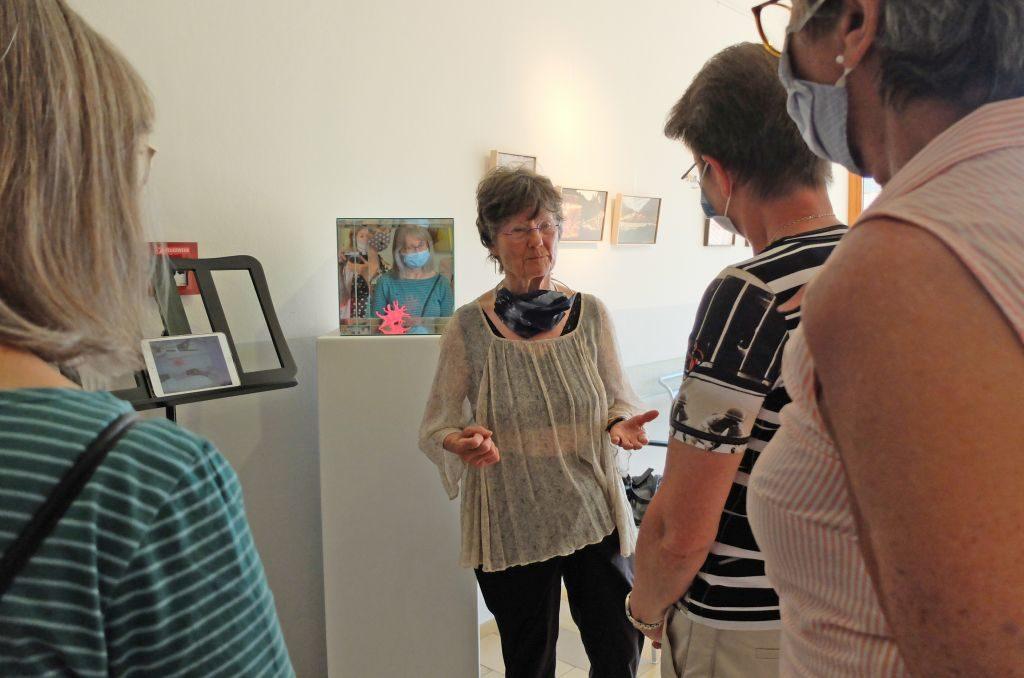 Nele von Mengershausen führt durch die Ausstellung -