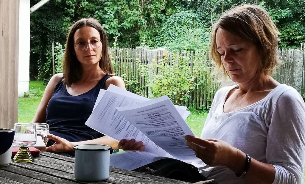 Helga Meditz und Karin Mairitsch im Schreibseminar im Waldviertel bei Thomas Sautner