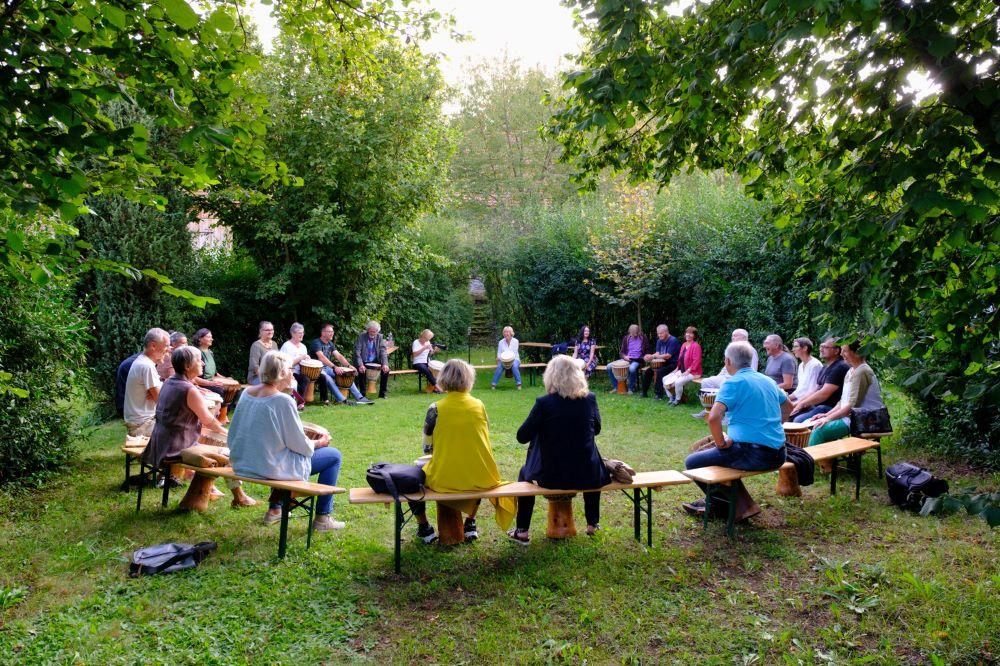 Mitgefühl Trommeln im Heckengarten Hannes Reisinger