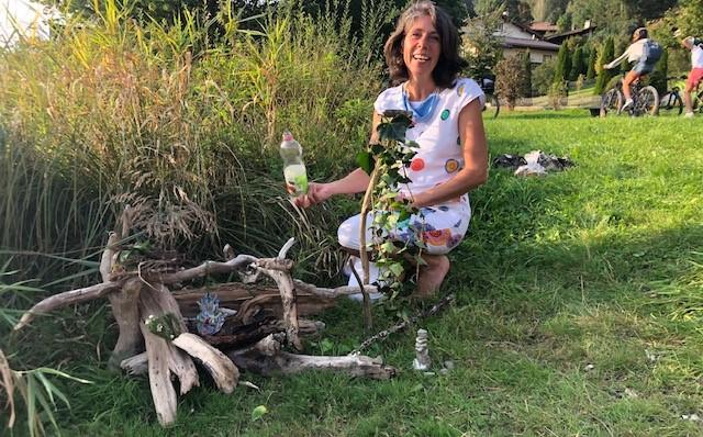 eine Teilnehmerin präsentiert stolz ihre Entdeckunen - bei der Kunsttherapie Monika Ulbricht