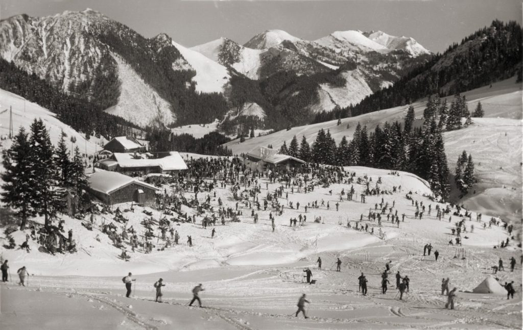Bereits in den 1930e rn herrschte ein reges Treiben an der Unteren Firstalm. Die Erfolgsgeschichte des Wintersports begann Ende des 19. Jahrhunderts. August Finsterlin brachte 1888 die ersten Skier aus Finnland zum Schliersee. Skifahren entwickelte sich zum Volkssport, und so kamen bereits 1907 über 2.000 Skisportler mit der Bahn nach Schliersee.