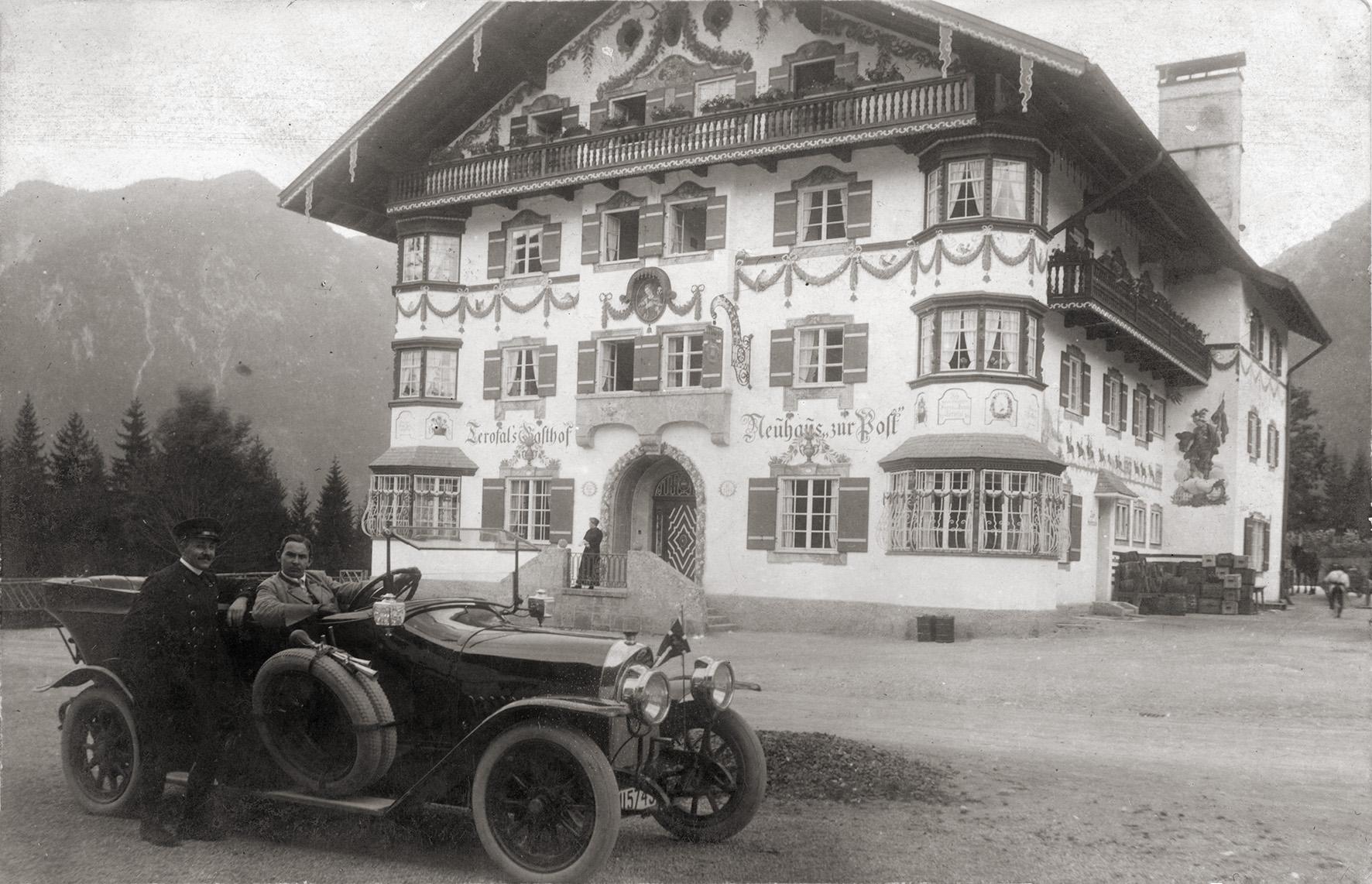 """Das von Terofal 1912 erbaute Gasthaus """"Neuhaus zur Post Im Automobil sitzt der Terofal Schwiegersohn Josef Riendl. Bei dem Wagen handelt es sich um einen Protos Typ G, hergestellt zwischen 1910 und 1914 in Berlin Spandau."""