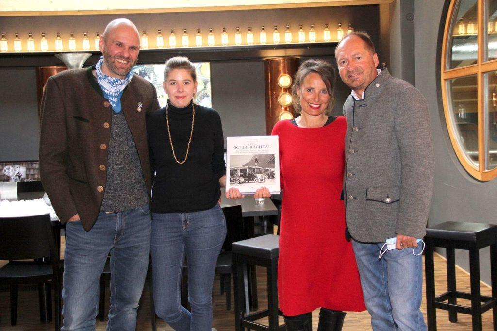 Daniel Glasl und Anton Stetter (v.l.) bedanken sich bei Ihren Partnerinnen für die Unterstützung bei ihrem Buchprojekt.