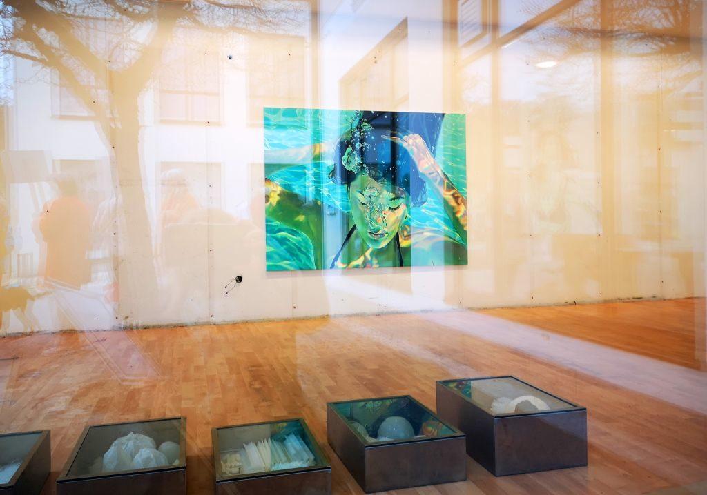 Kunst und Corona: Galerie pushing artists: An der Wand Malerei Brigitte Yoshiko Pruchnow, vorn:Forschungskästen Bettina Krugsperger