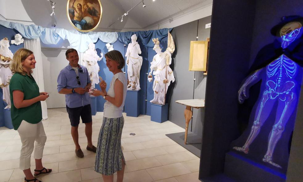 Birgit Halmbacher führt durch die Ausstellung