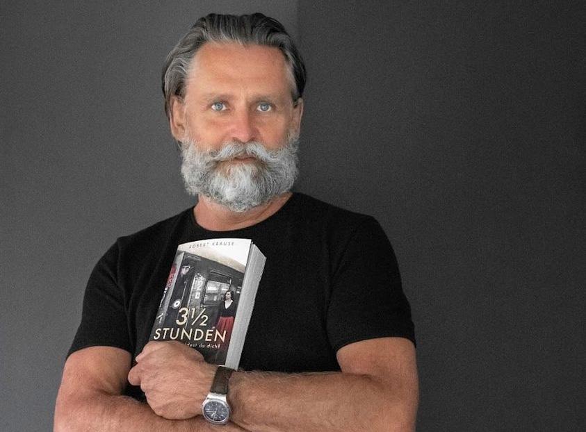 Präsentiert stolz seinen ersten Roman: Drehbuchautor Robert Krause aus Miesbach - Dreieinhalb Stunden