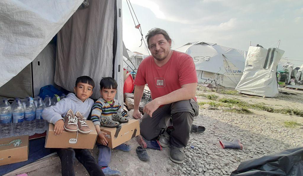 Mit der von ihm ins Leben gerufenen Organisation Karawane der Menschlichkeit bringt Pascal Violo Hilfsgüter in die Flüchtlingslager, darunter mehrere Hundert Paar Schuhe